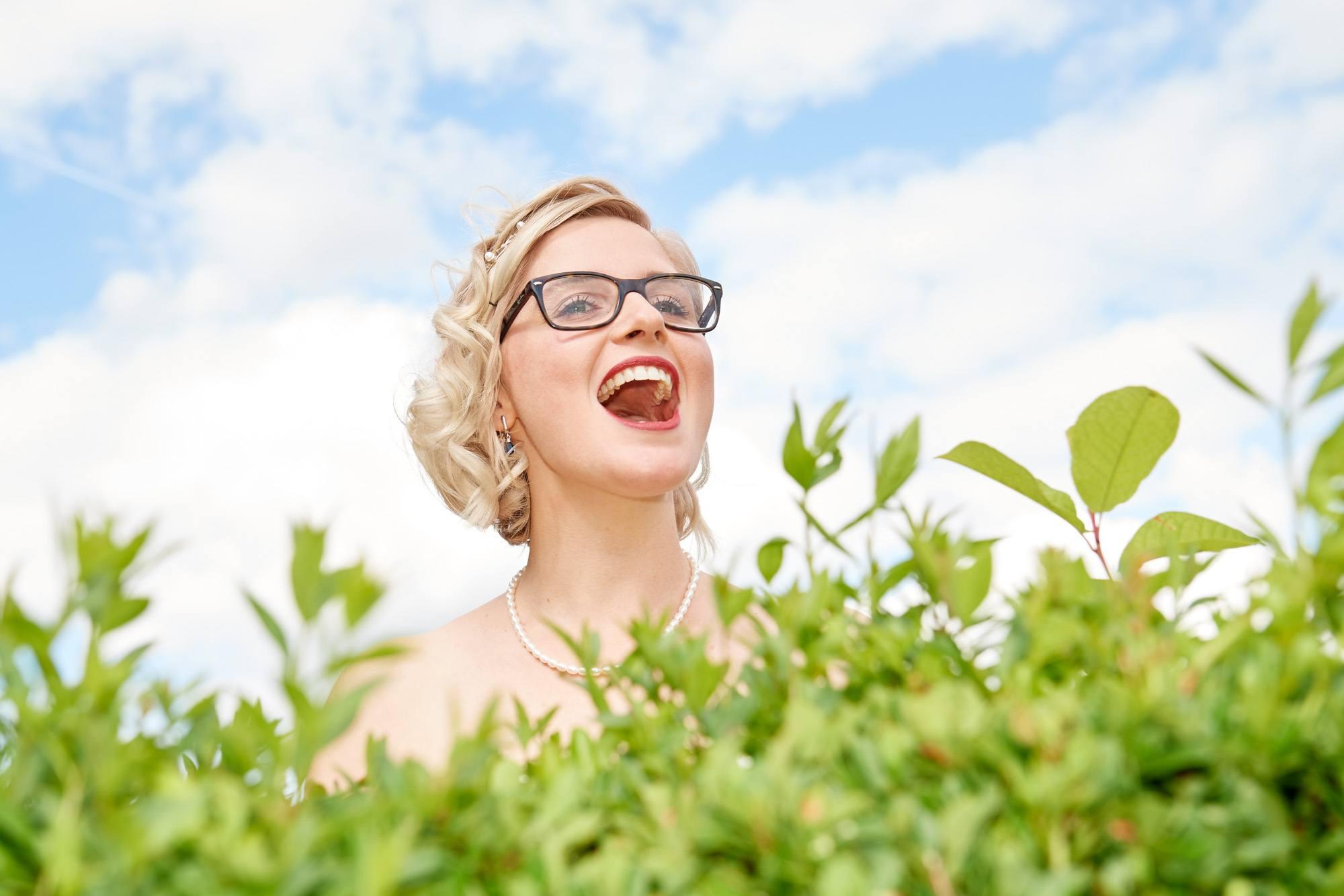 Braut ruft in der Natur